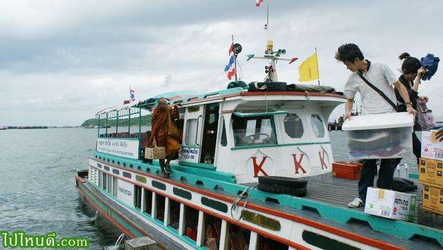 ท่าเรือบนฝั่งเกาะสีชัง