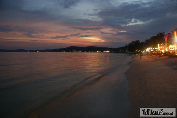 เมื่อตกหัวค่ำมาทางร้านบนหาดจะเริ่มเปิดไฟแสงสี และจะสะท้อนลงไปที่หาดทำให้หาดนั้นมีความสวยงามมากยิ่งขึ้น