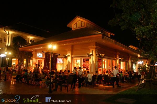 ระหว่างทางจะมีร้านอาหารต่างๆนาๆพร้อมกับบรรยากาศแสงสีที่เห็นแล้วทำให้รู้สึกอบอุ่น
