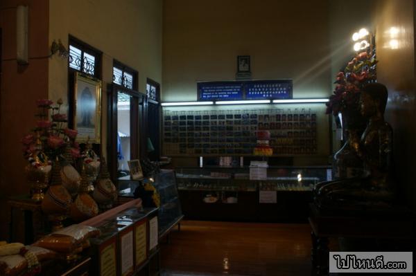 ภายในข้างในโบสถ์จะจุดๆหนึ่งที่จะรวบรวมพระต่างๆไว้ในตู้กระจกมากมาย